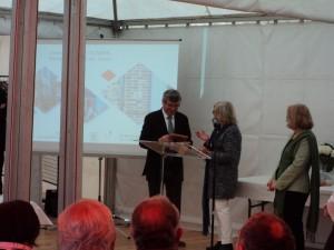 Mr Claire, maire de Veules-les-Roses recevant son prix