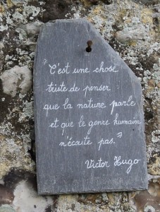 de nombreuses citations décorent les murs clôturant les jardins