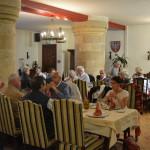 B)déjeuner dans une ancienne salle d'armes magnifique (1)