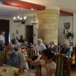 C)déjeuner dans une ancienne salle d'armes magnifique