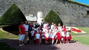 1)Sous la houlette de Sandrine Godard les enfants ont décoré une colonne rappelant la Borne du Canada