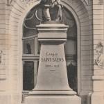 statue de CSS devant le théâtre